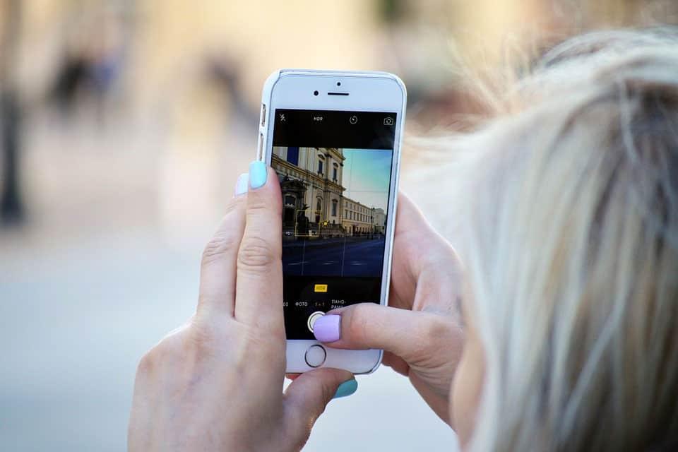 Mulher-fotografando-com-iphone-no-instagram-pixabay