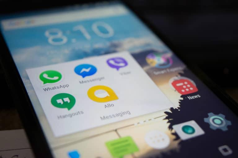 Celular com aplicativo do WhatsApp